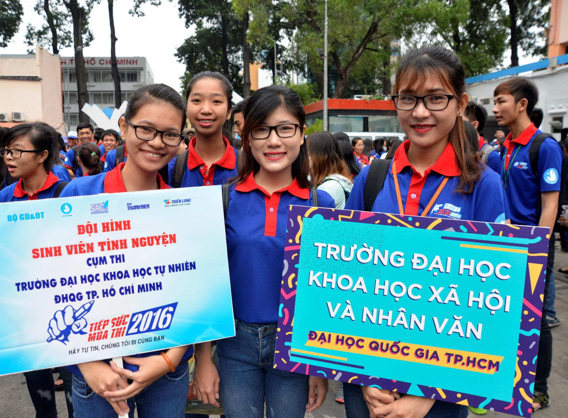 Các chiến sĩ Tiếp sức mùa thi TP.HCM đã sẵn sàng hỗ trợ thí sinh tham gia kỳ thi THPT quốc gia và xét tuyển đại học, cao đẳng 2016 - Ảnh: DUYÊN PHAN