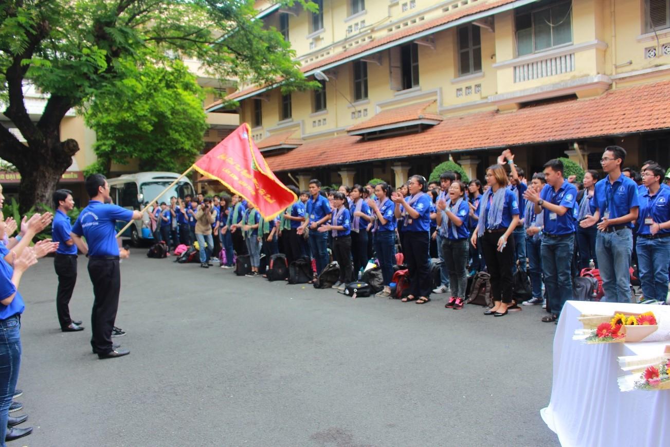 Hình ảnh BCH cấp trường phất cờ xuất quân