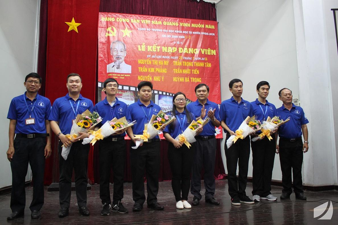 6 đồng chí Đảng viên mới được Đảng ủy, BGH nhà trường trao tặng hoa