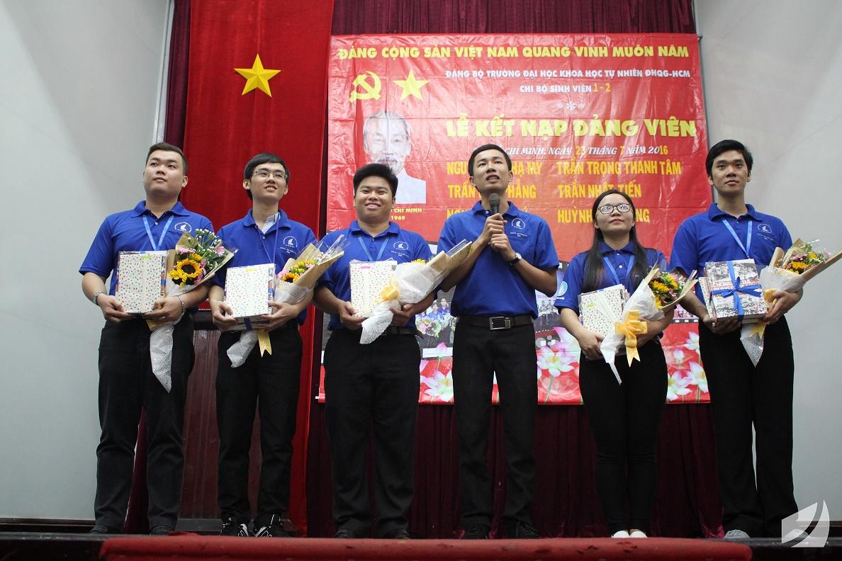 Đảng viên mới Trần kim Phẳng (thứ ba từ phải sang) chia sẻ cảm xúc khi được đứng vào hàng ngũ của Đảng CSVN
