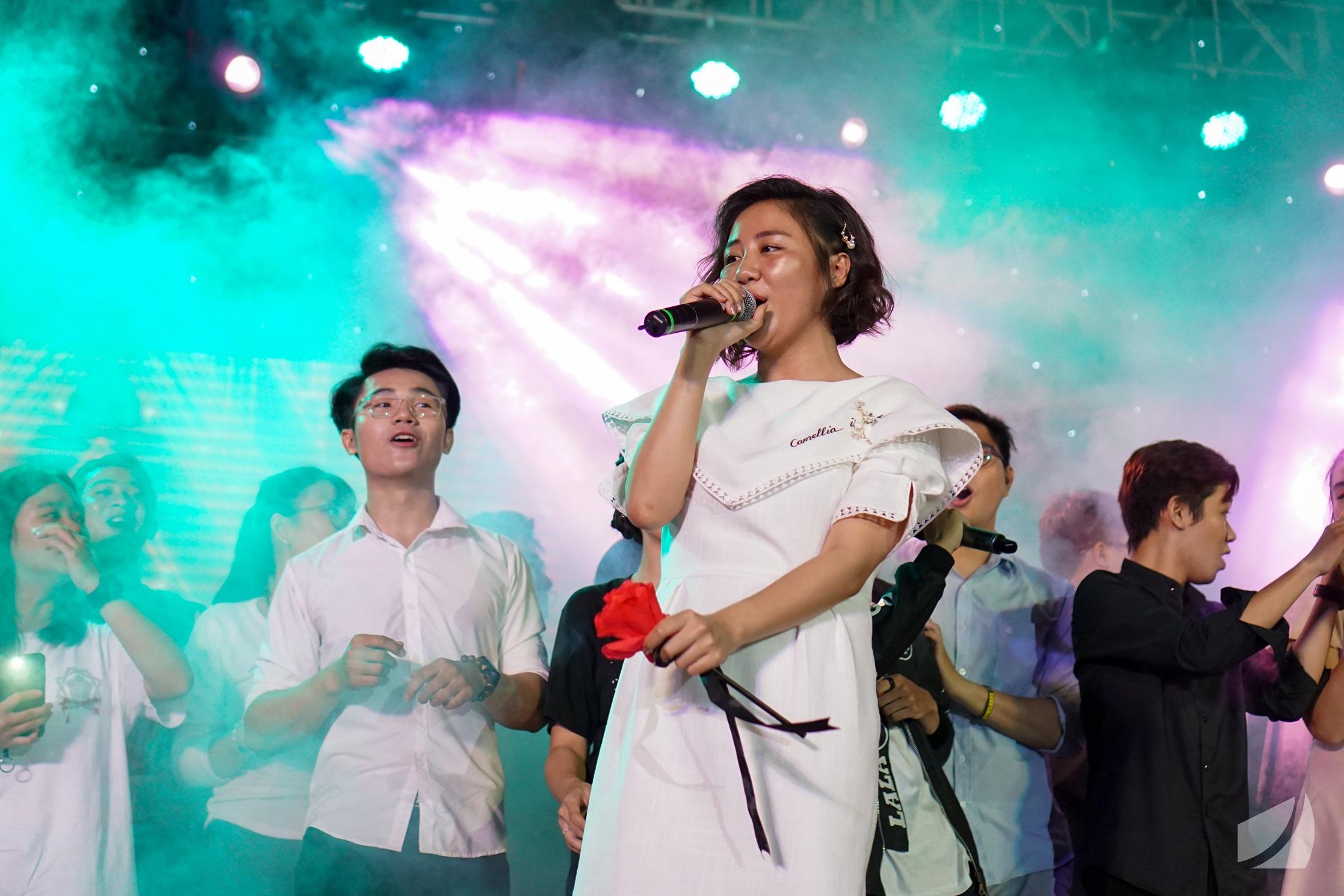 Ca sĩ Văn Mai Hương cùng các bạn sinh viên