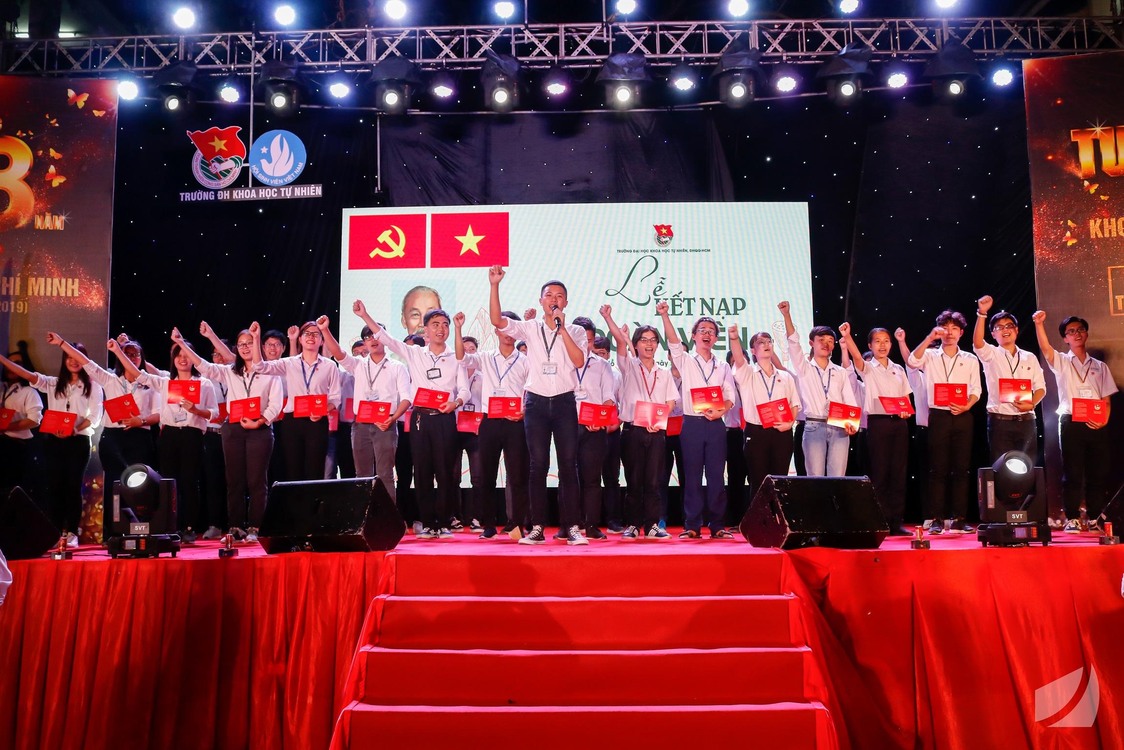 Các thanh niên ưu tú, vinh dự đứng vào hàng ngũ  Đoàn TNCS Hồ Chí Minh