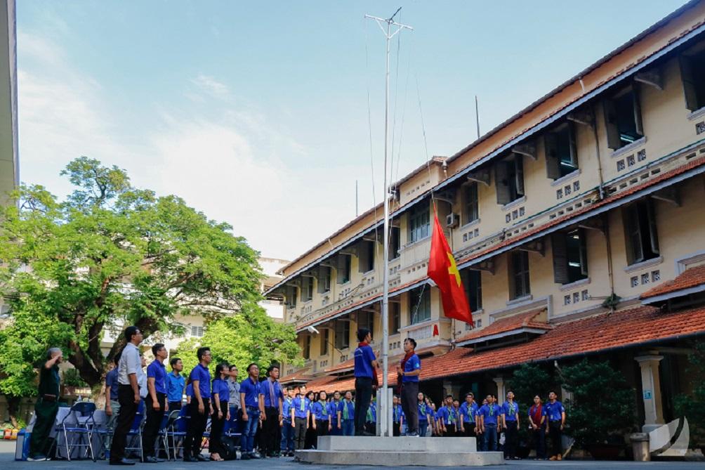 Nghi thức chào cờ trong lễ ra quân