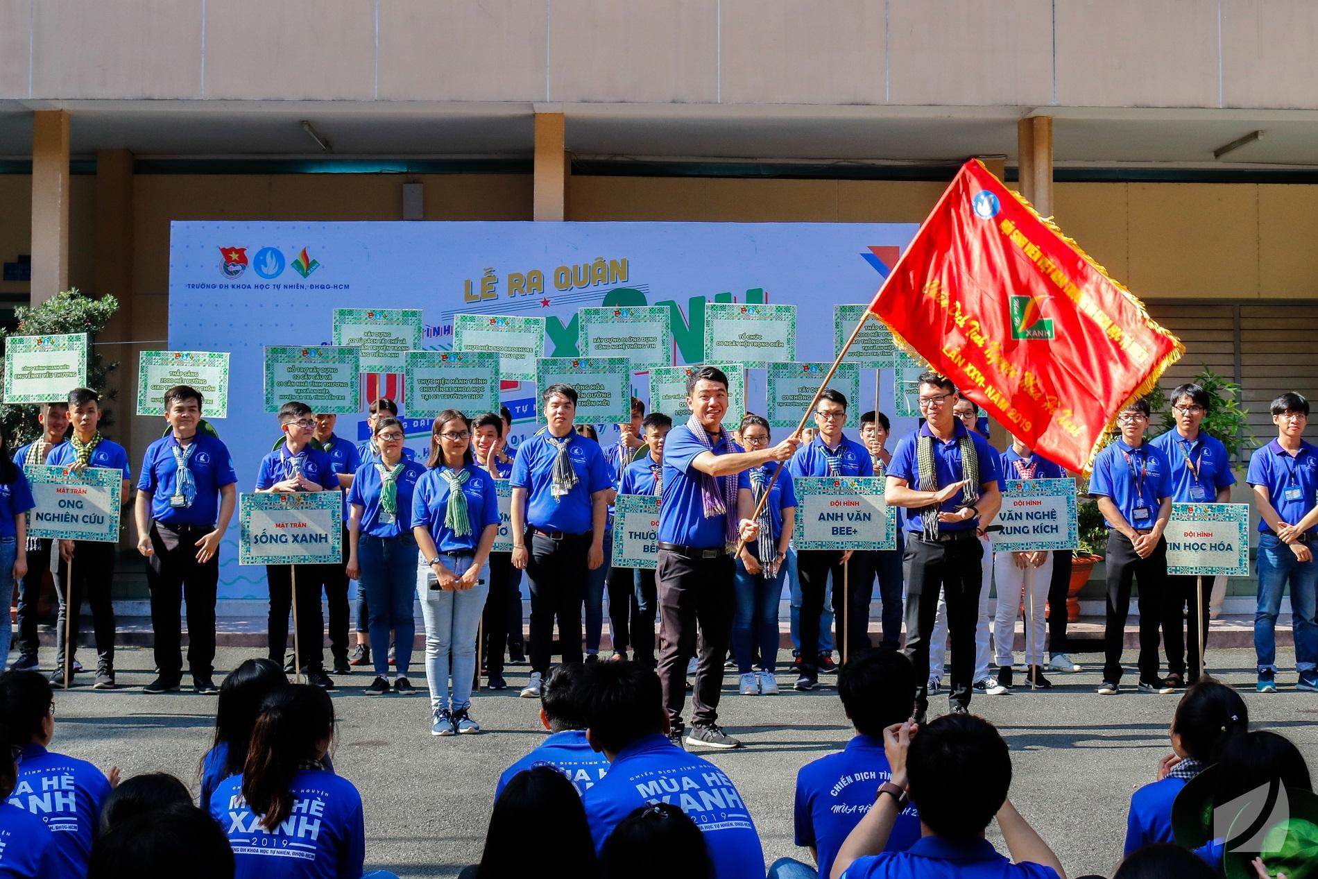 Đồng chí Huỳnh Tuấn Khương -  chỉ huy trưởng CDTN Mùa hè xanh 2019 - phất cờ lệnh xuất quân.