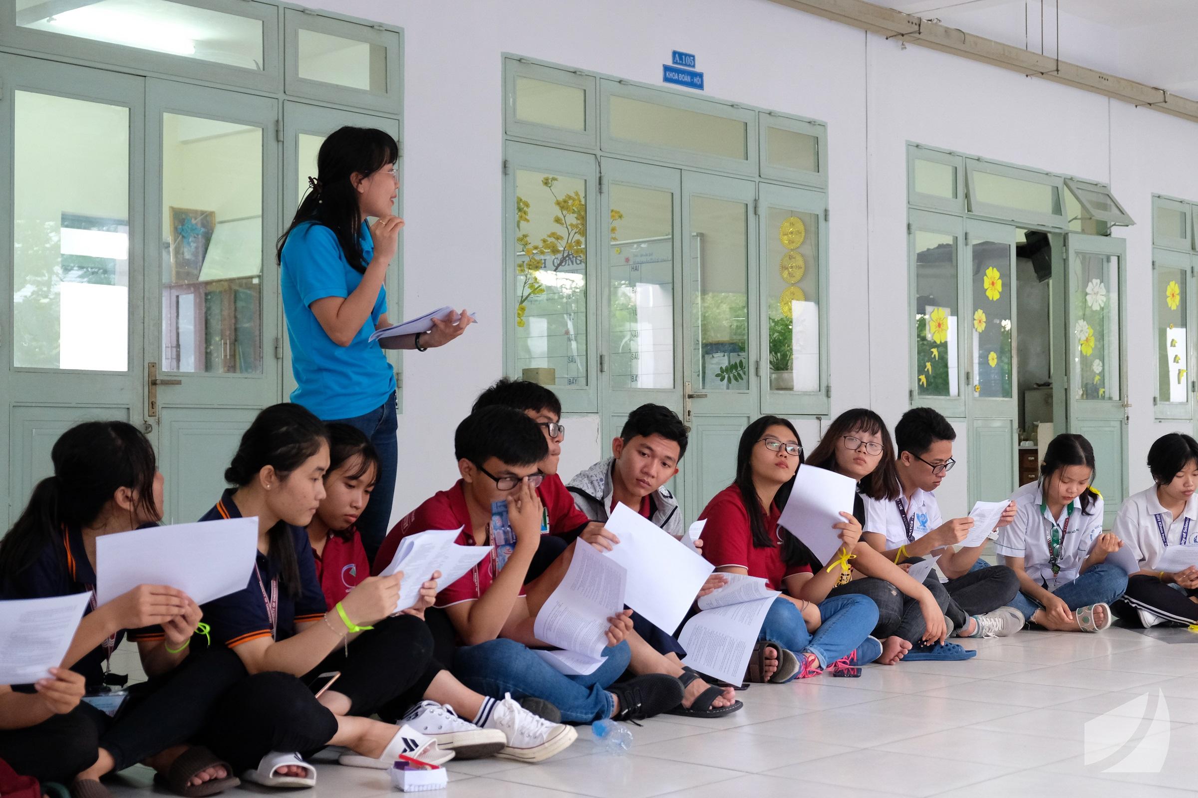 Chị Võ Thị Thu Sương hướng dẫn các bạn cán bộ Đoàn, Hội tham gia đóng góp cho Văn kiện Đại hội Đoàn trường lần thứ X, Nhiệm kỳ 2019 - 2022.