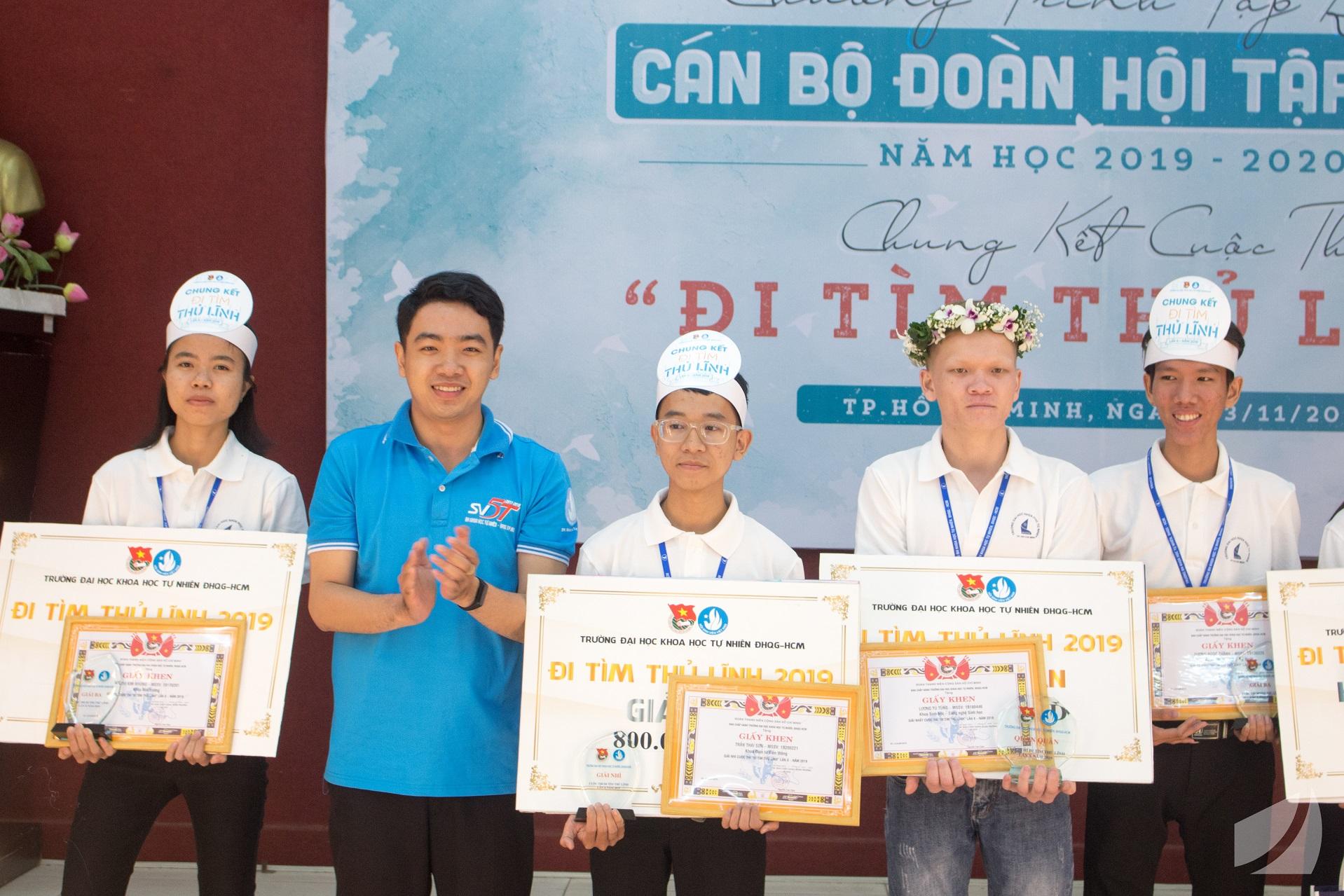 Thí sinh Lương Tú Tùng (mang vòng nguyệt quế) xuất sắc giành giải nhất Cuộc thi Đi Tìm Thủ Lĩnh