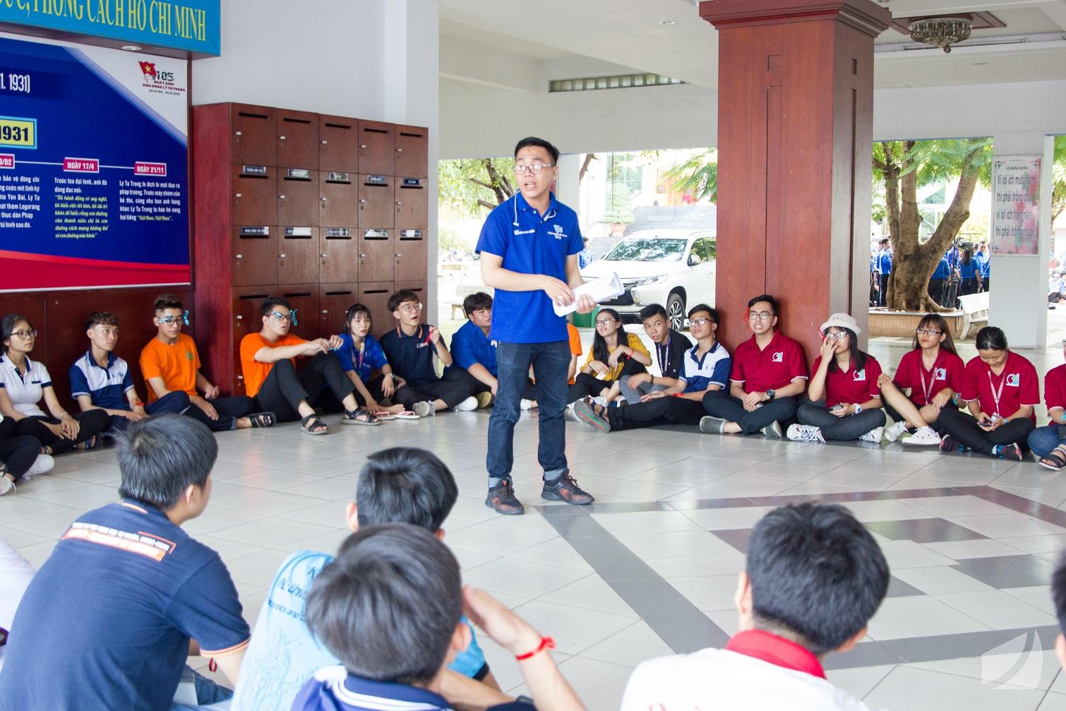 Anh Trần Quốc Đạt chia sẻ các thông tin về Văn kiện Đại hội Đoàn trường lần thứ X, Nhiệm kỳ 2019 - 2022.